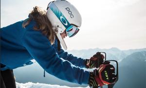 sci ragazza casco partenza neve