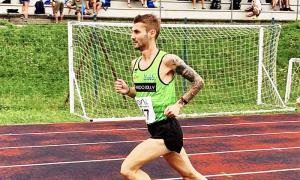 corsa pista atleta